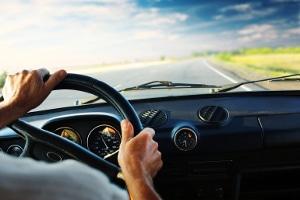 Auf der Landstraße ist das Tempolimit abhängig vom Fahrzeugtyp.