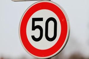 Das Tempolimit liegt innerhalb geschlossener Ortschaften bei 50 km/h.