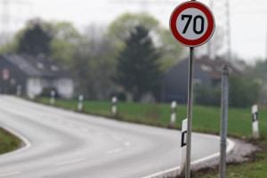 Schilder können eine Geschwindigkeitsbegrenzung auf der Landstraße ausweisen.