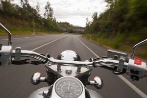 Die zulässige Höchstgeschwindigkeit außerhalb geschlossener Ortschaften hängt vom Kfz ab.