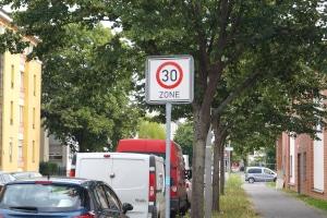 Die Höchstgeschwindigkeit innerorts kann durch Verkehrsschilder herabgesetzt werden.