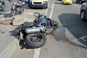 Eine Ablenkung beim Autofahren kann zu schwerwiegenden Unfällen führen.