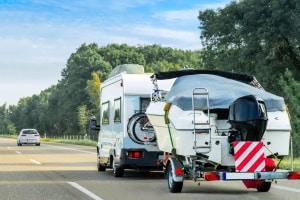 Beim Fahren mit einem Bootstrailer gelten die gleichen Vorschriften wie bei anderen Anhängern.
